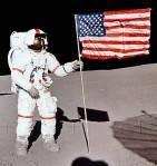 Shepard z amerykańską flagą na księżycu
