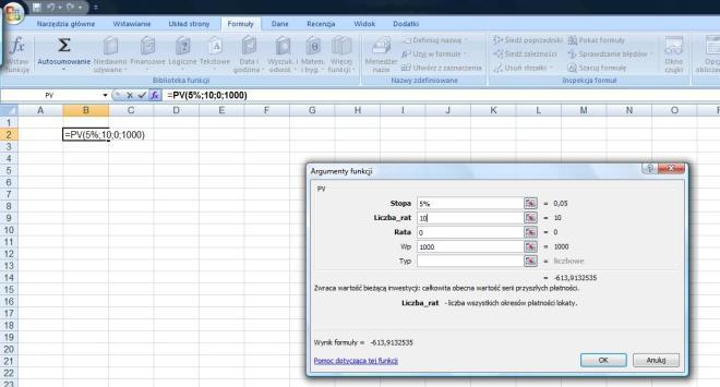 Przykład na składnię funkcji PV w Excelu dla wyliczenia kwoty początkowej lokaty 10-letniej, oprocentowanej na 5% jeśli chcemy po wygaśnięciu lokaty otrzymać 1000 zł